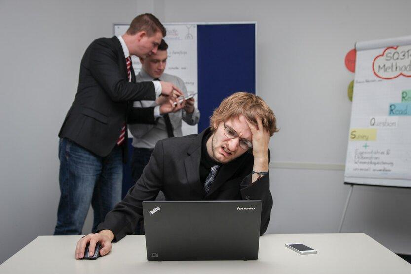 hombre oficina tomar decisiones